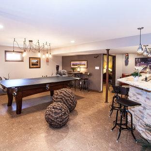 Aménagement d'un grand sous-sol donnant sur l'extérieur avec un mur beige, un sol en linoléum et aucune cheminée.
