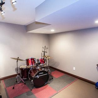 Réalisation d'un grand sous-sol donnant sur l'extérieur avec un sol en linoléum, aucune cheminée et un mur blanc.