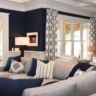 Idée de décoration pour un grand sous-sol marin avec un mur bleu.