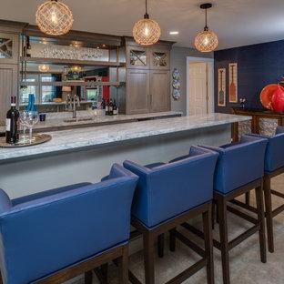 Réalisation d'un sous-sol marin donnant sur l'extérieur et de taille moyenne avec un mur bleu, moquette et un sol beige.