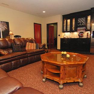 Inspiration pour un grand sous-sol traditionnel enterré avec un mur beige, moquette, aucune cheminée et un sol rouge.