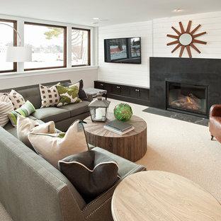 Idées déco pour un sous-sol classique semi-enterré et de taille moyenne avec un mur blanc, moquette, une cheminée standard, un manteau de cheminée en métal et un sol blanc.