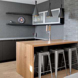 Réalisation d'un petit sous-sol minimaliste avec un mur gris et un sol en vinyl.