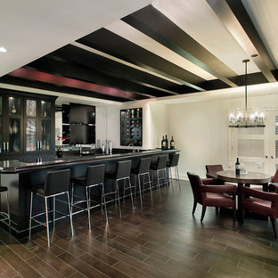 Diseño de sótano tradicional renovado, grande, con paredes blancas, suelo de madera oscura y suelo marrón