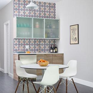 Idées déco pour un grand sous-sol contemporain avec un sol en carrelage de porcelaine, un sol gris, un mur gris et aucune cheminée.