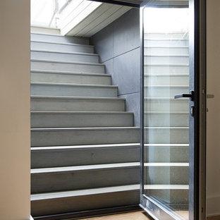 Idéer för stora funkis källare utan fönster, med vita väggar, mellanmörkt trägolv och beiget golv
