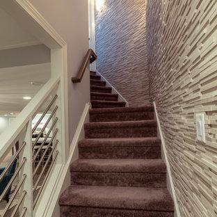 Idée de décoration pour un grand sous-sol tradition semi-enterré avec un mur gris, moquette, une cheminée ribbon, un manteau de cheminée en pierre et un sol marron.