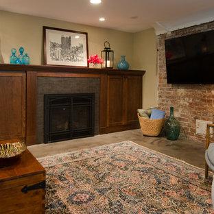Idée de décoration pour un sous-sol tradition donnant sur l'extérieur et de taille moyenne avec un mur beige, béton au sol, un manteau de cheminée en carrelage, un sol gris et une cheminée standard.