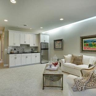 Aménagement d'un grand sous-sol classique enterré avec un mur gris, moquette, aucune cheminée et un sol beige.