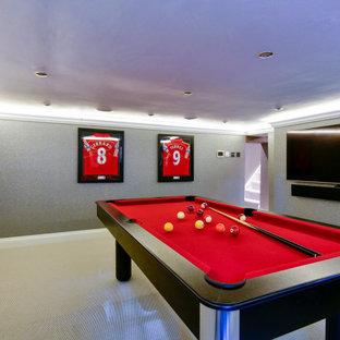 Inspiration pour un sous-sol minimaliste de taille moyenne avec salle de jeu, un mur gris, moquette, un sol gris, un plafond décaissé et du papier peint.