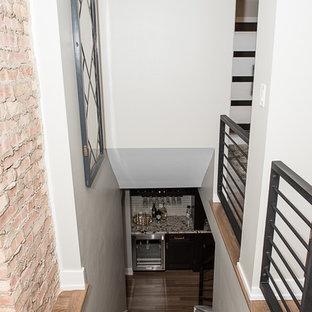 Modelo de sótano en el subsuelo vintage, grande, con paredes grises, suelo vinílico y suelo marrón