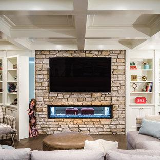 クリーブランドのトランジショナルスタイルのおしゃれな地下室 (濃色無垢フローリング、横長型暖炉) の写真