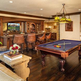 Idées déco pour un sous-sol classique avec un mur beige, un sol en bois foncé, un sol marron et salle de jeu.