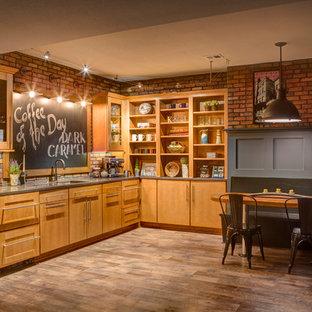 Idée de décoration pour un sous-sol tradition enterré avec un sol en bois brun, aucune cheminée, un sol beige et un bar de salon.
