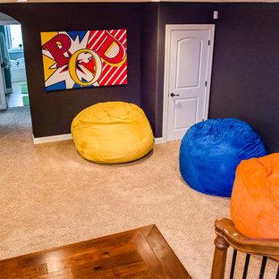 Idées déco pour un sous-sol éclectique de taille moyenne et donnant sur l'extérieur avec moquette, un sol beige et un mur noir.