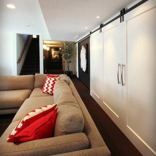 Idee per una grande taverna contemporanea interrata con pareti bianche, parquet scuro, camino classico e pavimento marrone