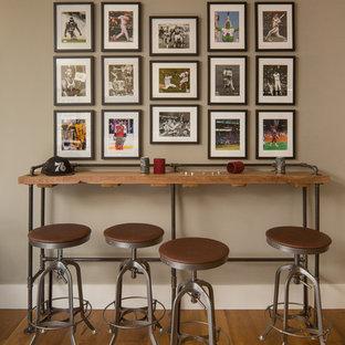 Inspiration pour un sous-sol chalet donnant sur l'extérieur et de taille moyenne avec un mur marron, un sol en bois brun, aucune cheminée et un sol marron.