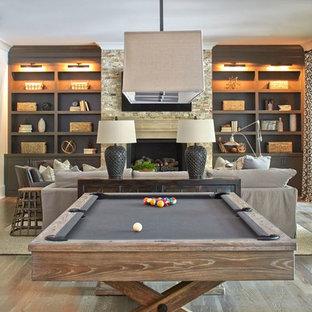 Inspiration pour un très grand sous-sol rustique donnant sur l'extérieur avec un mur blanc, un sol en bois brun et une cheminée standard.