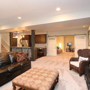 Inspiration pour un grand sous-sol traditionnel semi-enterré avec un mur gris, une cheminée standard, un manteau de cheminée en carrelage et moquette.