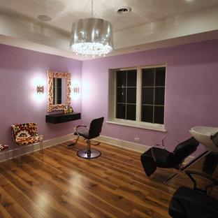 Aménagement d'un grand sous-sol contemporain semi-enterré avec un mur violet, un sol en bois foncé, aucune cheminée et un sol marron.