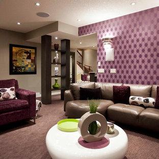 Inspiration pour un sous-sol traditionnel enterré avec un mur violet, moquette et un sol violet.