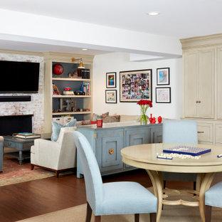 Idée de décoration pour un grand sous-sol tradition avec un mur blanc, sol en stratifié, une cheminée standard, un manteau de cheminée en brique et un sol marron.