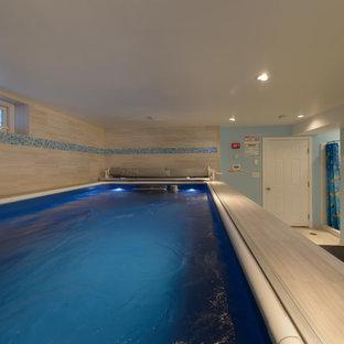 Idées déco pour un sous-sol classique avec un mur bleu et un sol en carrelage de porcelaine.