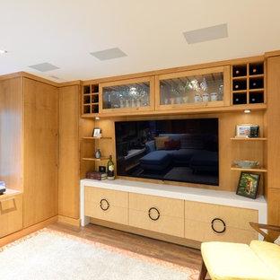 Réalisation d'un petit sous-sol vintage semi-enterré avec un mur beige, un sol en bois brun, une cheminée standard, un manteau de cheminée en pierre et un sol beige.