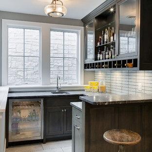 Idées déco pour un sous-sol classique semi-enterré et de taille moyenne avec un mur gris, moquette et un bar de salon.