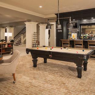 Exempel på en klassisk källare utan ingång, med grå väggar, tegelgolv och beiget golv