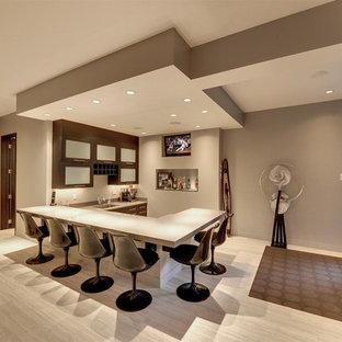 ミネアポリスのコンテンポラリースタイルのおしゃれな地下室 (グレーの壁、暖炉なし、セラミックタイルの床、半地下 (窓あり) ) の写真