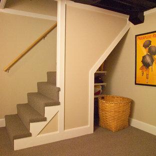 Aménagement d'un petit sous-sol craftsman semi-enterré avec un mur beige et moquette.