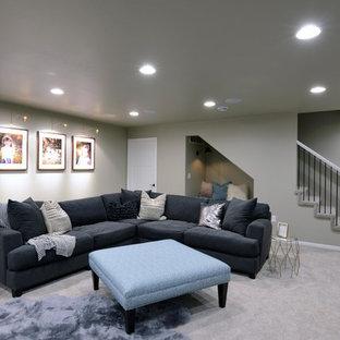 Inspiration pour un grand sous-sol minimaliste semi-enterré avec un mur gris, moquette, une cheminée double-face, un manteau de cheminée en bois et un sol beige.