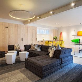 Modelo de sótano con ventanas costero con paredes blancas, suelo de madera clara y suelo beige