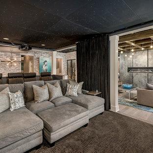 Inspiration pour un grand sous-sol design enterré avec un mur beige, un sol en bois brun, une cheminée ribbon, un sol marron et un manteau de cheminée en métal.