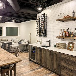 Idée de décoration pour un grand sous-sol champêtre donnant sur l'extérieur avec un mur beige, un sol en vinyl et un sol marron.