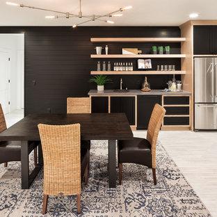 Idée de décoration pour un sous-sol champêtre avec un mur noir et un sol beige.