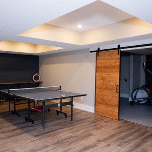 Cette photo montre un grand sous-sol industriel donnant sur l'extérieur avec un mur beige et un plafond en bois.