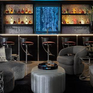 Ispirazione per una grande taverna design con sbocco, pareti grigie e pavimento in pietra calcarea