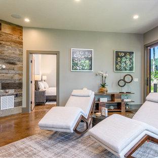 Idées déco pour un sous-sol moderne donnant sur l'extérieur et de taille moyenne avec un mur gris, béton au sol, aucune cheminée et un sol orange.