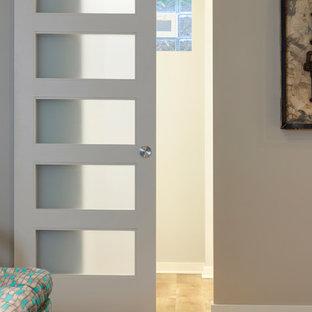 Idéer för att renovera en liten funkis källare utan fönster, med grå väggar, vinylgolv och brunt golv