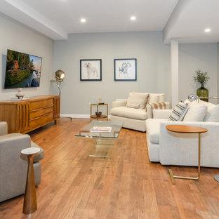 Aménagement d'un grand sous-sol contemporain semi-enterré avec salle de jeu, un mur bleu, un sol en vinyl et un sol marron.