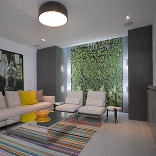Aménagement d'un sous-sol contemporain avec un mur blanc, un sol en carrelage de céramique, une cheminée standard et un sol gris.