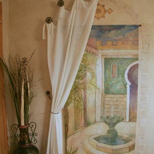 Idée de décoration pour un grand sous-sol méditerranéen enterré avec un mur beige, moquette et aucune cheminée.