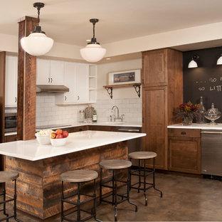 Стильный дизайн: подвал среднего размера в классическом стиле с бетонным полом, наружными окнами и коричневым полом - последний тренд