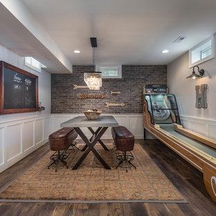 Klassischer Hochkeller mit grauer Wandfarbe, dunklem Holzboden und Hobbyraum in Washington, D.C.