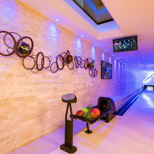 Cette image montre un sous-sol traditionnel de taille moyenne et enterré avec salle de jeu, un sol blanc et un mur blanc.