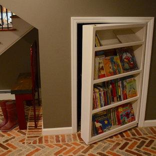 Idées déco pour un sous-sol craftsman donnant sur l'extérieur et de taille moyenne avec un mur gris, un sol en carrelage de céramique et un sol rouge.