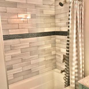 Aménagement d'un sous-sol moderne de taille moyenne avec un mur gris, un sol en marbre et un sol multicolore.