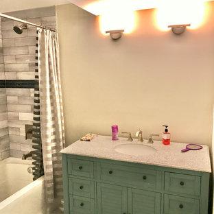 Idée de décoration pour un sous-sol minimaliste de taille moyenne avec un mur gris, un sol en marbre et un sol multicolore.